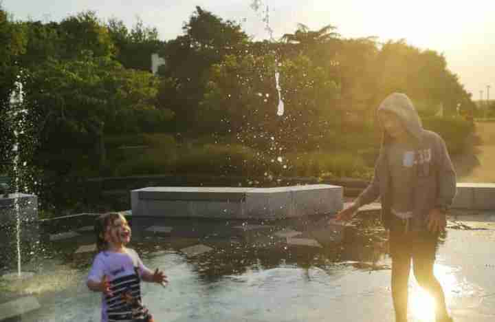riddiford gardens kids playing in water fountains at sunset
